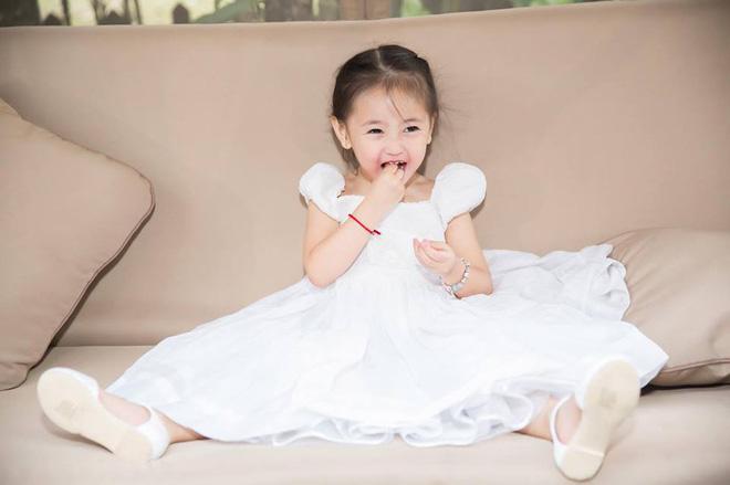 Sau hơn 6 tháng mang thai, Hoa hậu Đặng Thu Thảo vô tình để lộ giới tính em bé trong bụng? ảnh 1