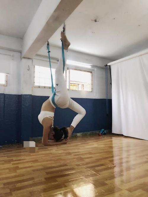 Thót tim với những động tác Yoga khó đỡ của Ái Phương ảnh 2