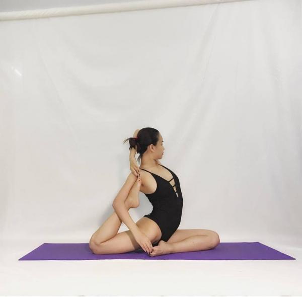 Thót tim với những động tác Yoga khó đỡ của Ái Phương ảnh 3