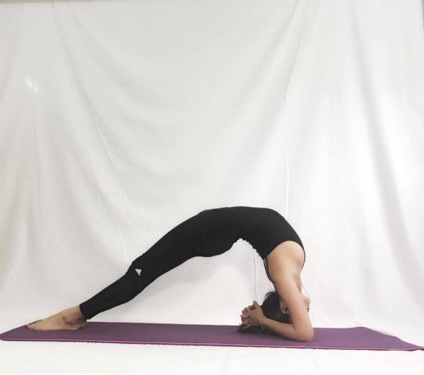 Thót tim với những động tác Yoga khó đỡ của Ái Phương ảnh 6