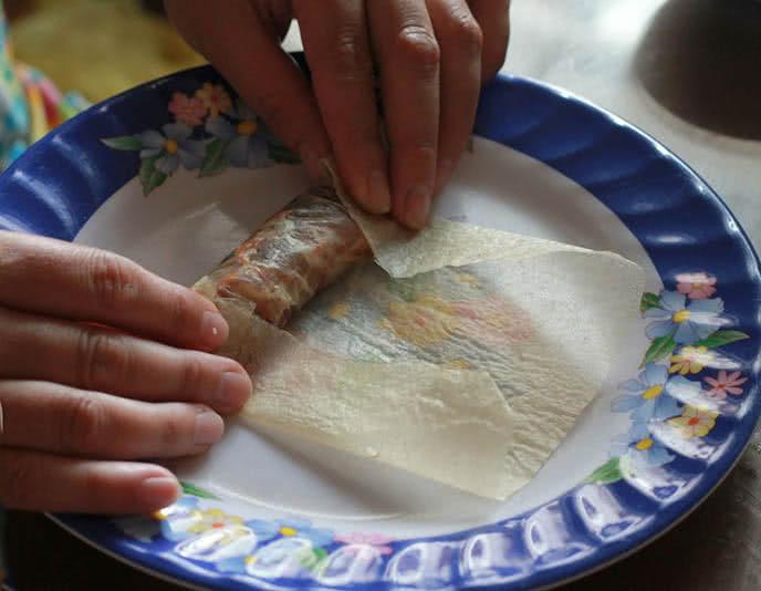 Công đoạn cuốn nhân với bánh tráng làm chả giò