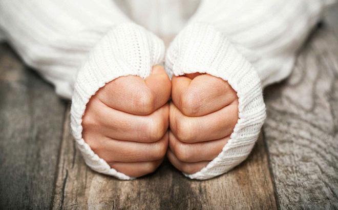Bàn tay lạnh là dấu hiệu của nhiều căn bệnh, đừng xem thường để rồi hối không kịp ảnh 1