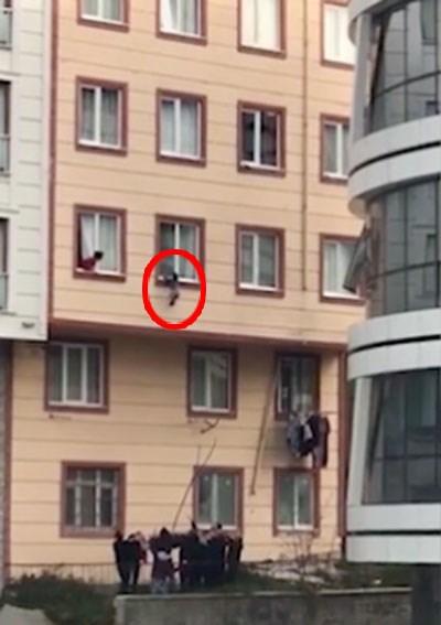 Clip nghẹt thở: Cứu sống em bé 2 tuổi rơi từ cửa sổ tầng 3 ảnh 1