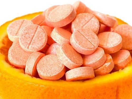Dùng Vitamin C dưỡng da theo cách này, mụn chi chít khắp mặt dai dẳng cỡ nào cũng trị dứt ảnh 1